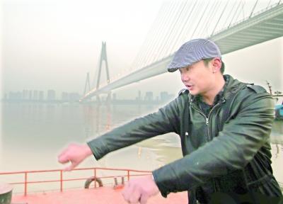 ...二桥跳江男漂至二七大桥获救   昨日,一男子从武汉长江二桥跳...