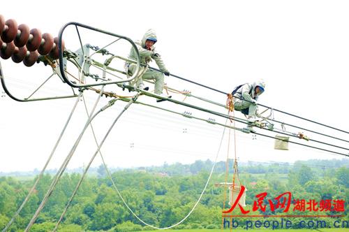 地区500千伏斗孝Ⅰ回超高压输电线路17号50米铁塔上