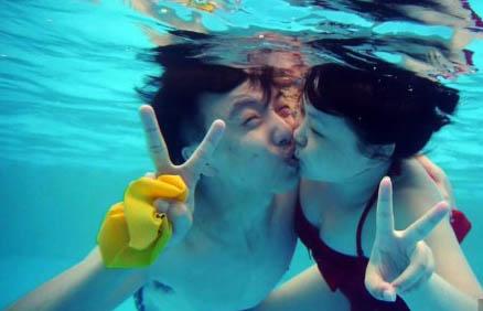 武汉举办水下接吻大赛