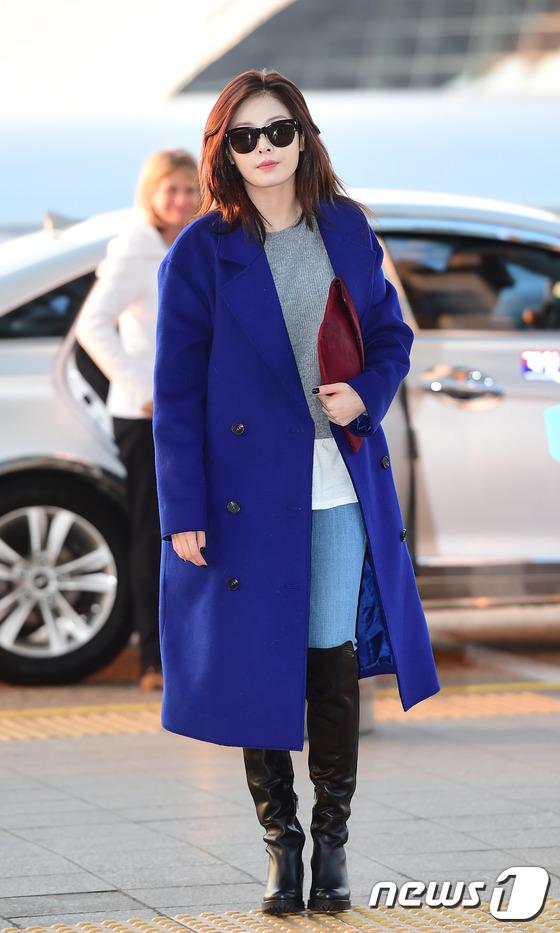 韩国性感女王泫雅蓝紫色大衣长靴搭配现身机场