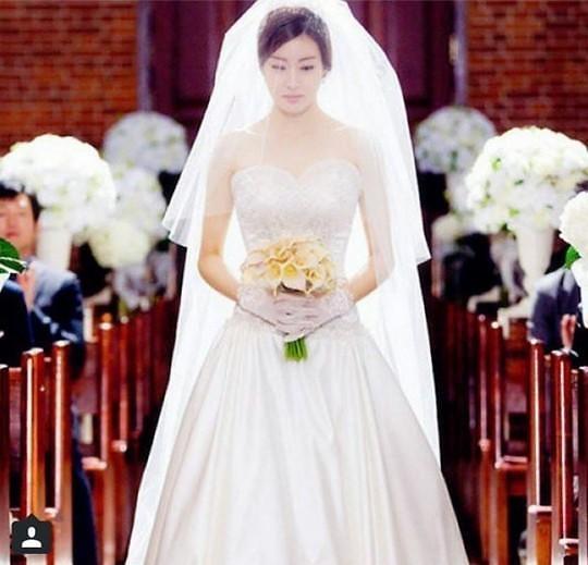 姜素拉晒《丑八怪警报》婚纱照 唯美典雅惹人