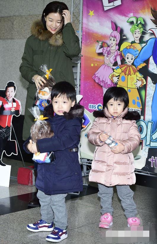 人民网12月23日讯 23日下午,韩国演员李英爱领著龙凤胎儿女现身