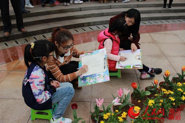 花卉展引小学生写生