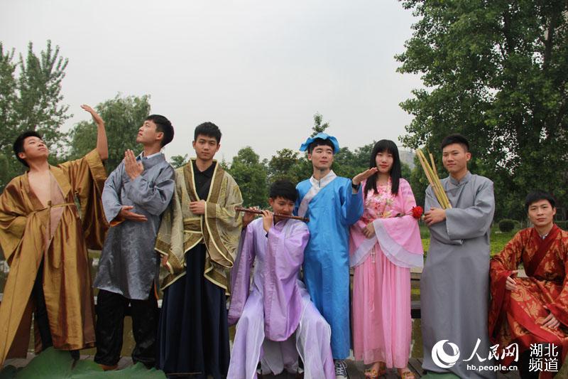 人民网武汉5月25日电 5月23日,在武汉工商学院静思湖桥上,该校电子商务学院8名优秀毕业生身穿古代传说中人物八仙的服装,手拿简易道具,摆出各种造型拍摄毕业照。 据了解,这8名学生在毕业前就分别在就业、创业和深造的道路上有了良好的开端,其中扮演何仙姑的学生李昕考取了武汉科技大学的硕士研究生,扮演曹国舅的学生李凯与朋友合伙创办了武汉初印文化有限公司。李凯介绍道:我们拍摄这样一组照片是希望在大学的最后几天留下深刻的回忆,同时寓意大家将来在各自的道路上八仙过海,各显神通。 (罗袁璐)