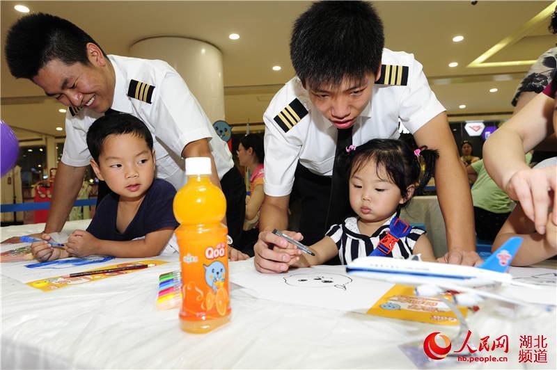 飞行员与小朋友一起画画