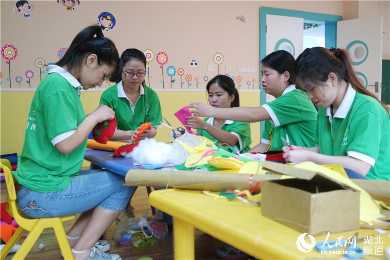 湖北十堰:志愿者走进福利院关爱残障儿童