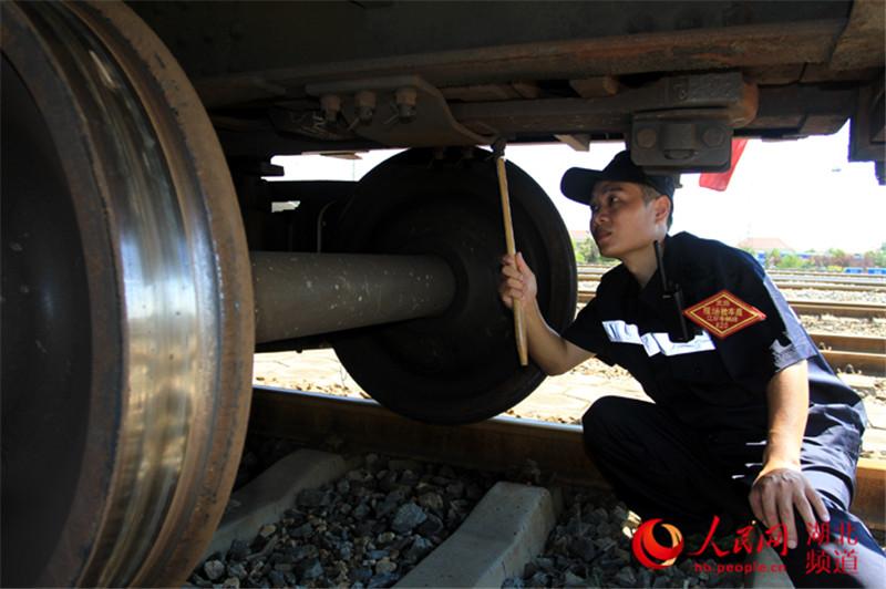 铁路木匠:酷暑中的图纸检车员组图工地高清图片