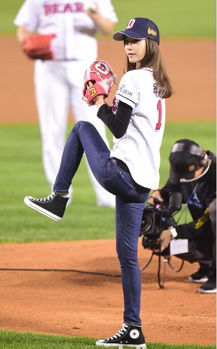 少女时代允儿为棒球赛开球 身穿棒球服活力十足又可爱