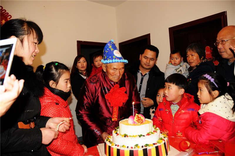 生日蛋糕蜡烛时的情景