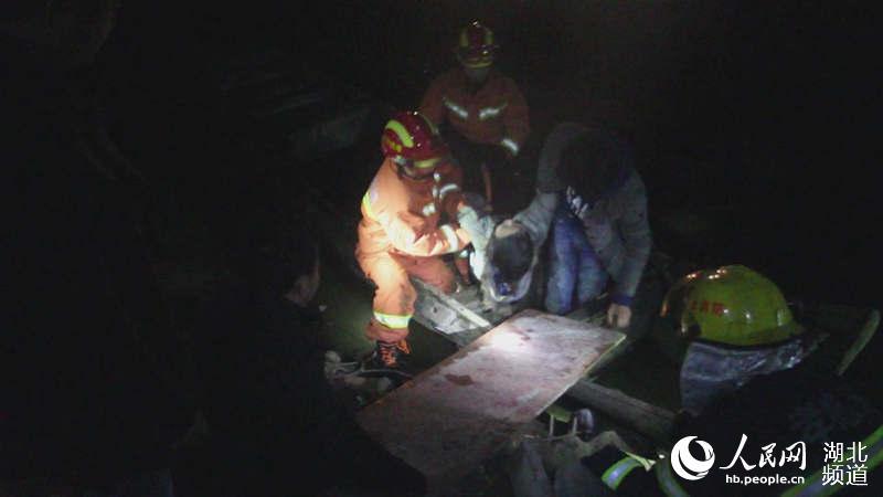 湖北汉川:凌晨小车冲入水塘高中溺亡--湖北频三山婷运夫妇施图片