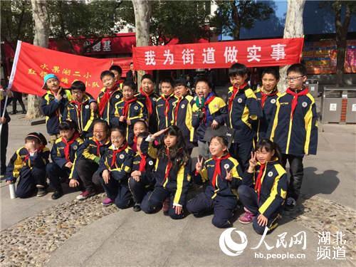 武汉小学生走上街头清理垃圾(图)