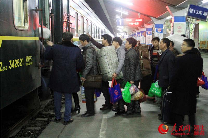 旅客在车站工作人员的组织下有序上车