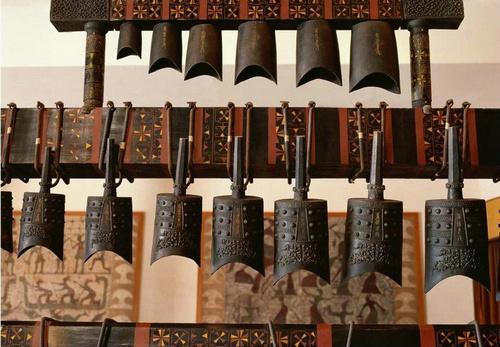 随州曾侯乙墓出土的(湖北省博物馆藏)编钟是楚文化最精华的代表,在