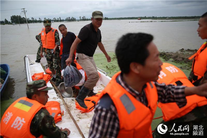 湖北仙桃西流河镇一村庄洪堤溃口 消防紧急转移30余名
