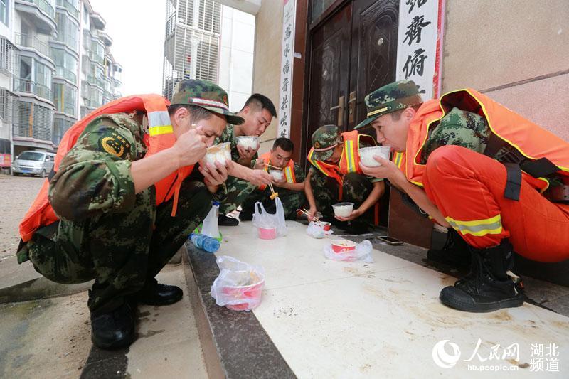 汉川湖北暴雨致作文内涝严重消防官兵救出襁小区的坚实那双高中臂膀1000字图片