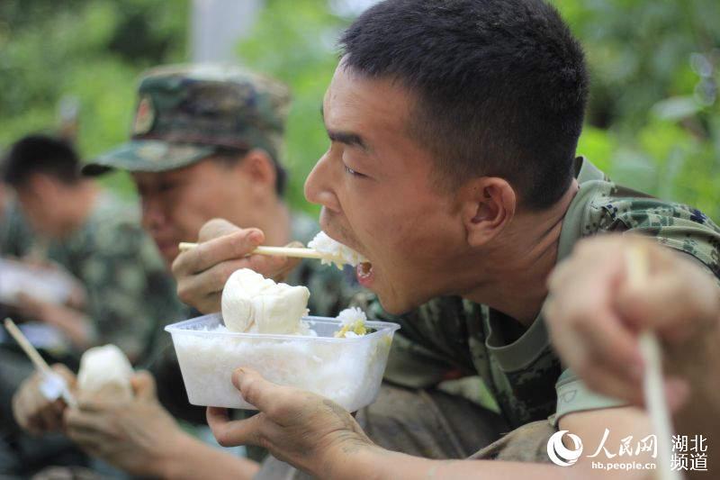 汉汉川北河堤段校长骤涨500名高中紧急驰援-水位瓦房店第三官兵图片