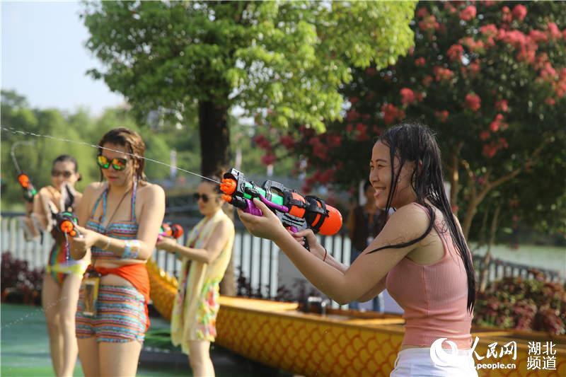 比基尼美女戏水狂欢华中最大泼水助阵萌美女壁纸图片