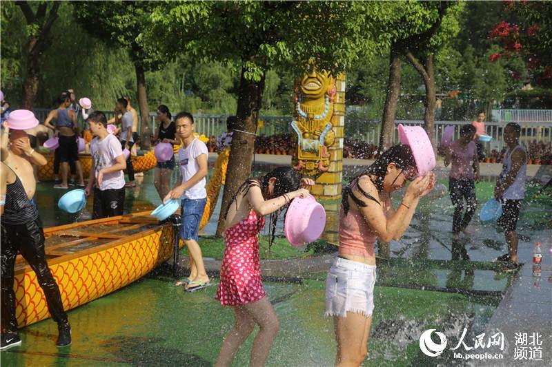 比基尼美女戏水狂欢华中最大泼水助阵前美女罩杯e凸图片