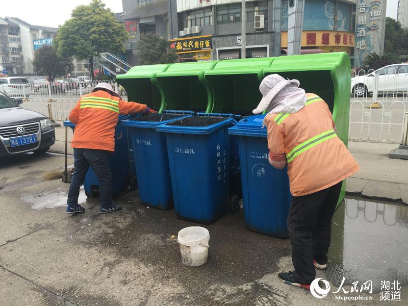 """垃圾桶""""披""""上了绿大衣"""