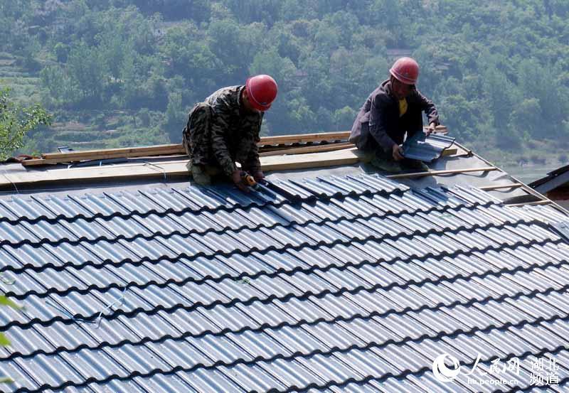 图为五峰乡和柳陂镇为正在加快扶贫新房建设时的情景.
