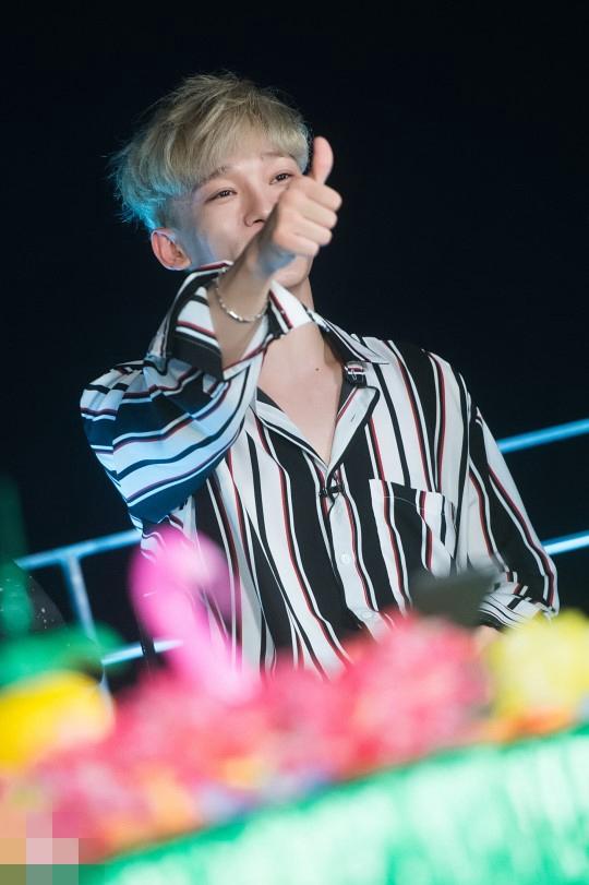 EXO为新专 THE WAR 打歌做直播 伯贤显绅士魅力xiumin上演 歪头杀