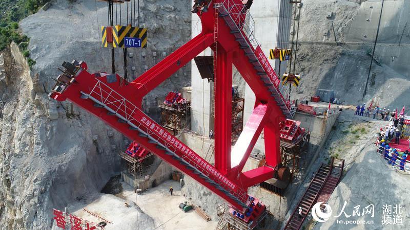 世界最大跨度钢箱桁架推力拱桥 长 出 脊梁