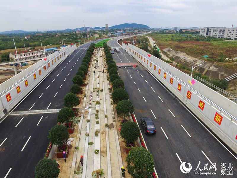 高清组图:跨武九铁路线转体桥左岭大桥正式竣