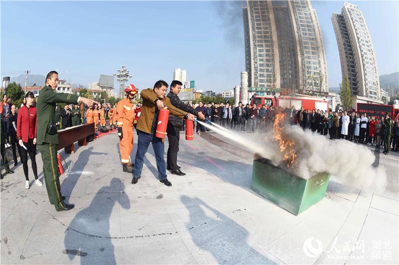 湖北保康:进广场宣讲119消防安全(图)图片