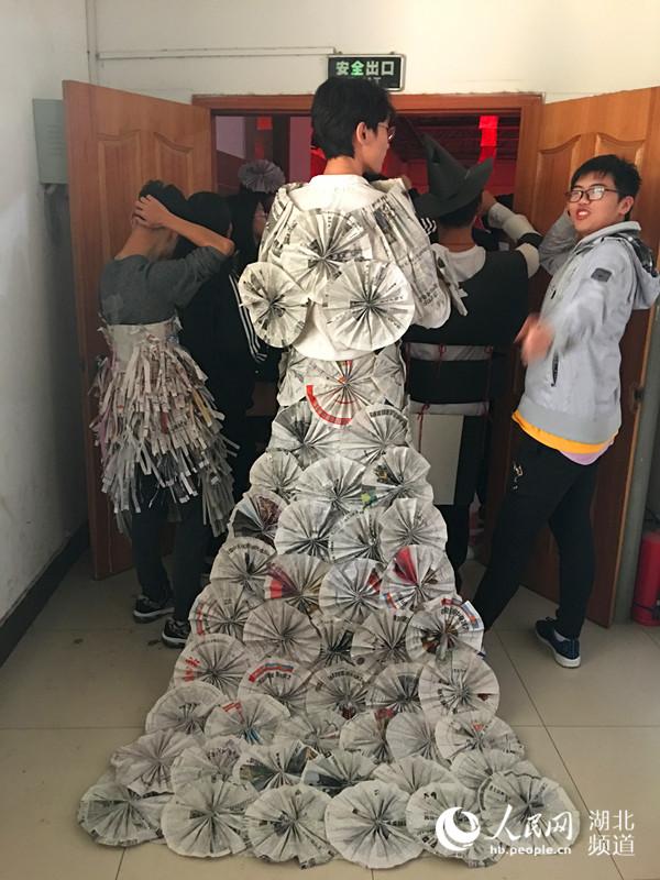 武汉一高校上演环保时装秀表演 传递环保理念