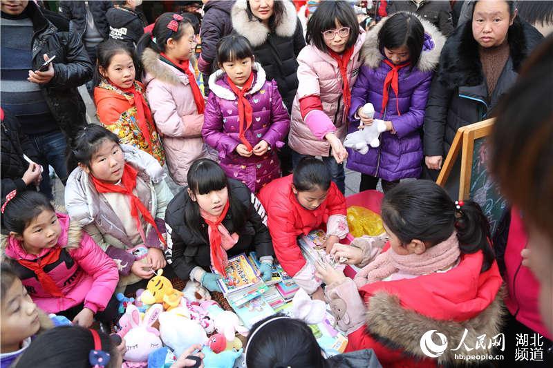 湖北鹤峰:400小学生练摊跳蚤市场 提升综合素质能力