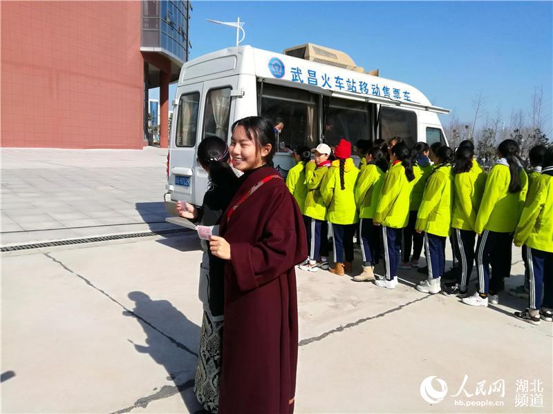 铁路移动售票车开进中学校园 为藏族师生送票上门