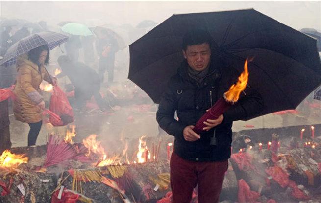 数十万香客挤爆武汉归元寺 万众同心春雨风中敬香迎财神