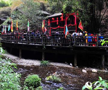 高清组图:清明小长假 游客乐享三峡民俗风光