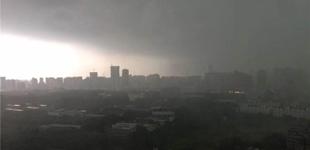 武汉遭遇暴雨袭城一秒黑天5月18日,连续多日高温后,武汉遭遇暴雨袭城,电闪雷鸣一秒天黑,犹如科幻大片。[详细]
