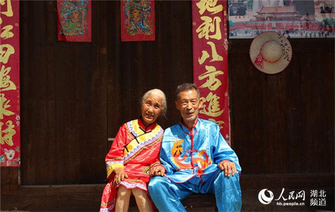 武汉大学生为结婚66年农村夫妇补拍结婚照