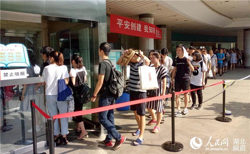 8月5日,读者们有序进入武汉图书馆。