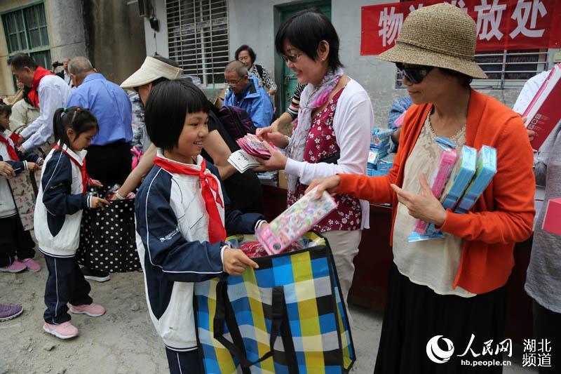 鹤峰湖北:爱心山乡希望40万白族人士捐资建起a爱心中小学规范图片