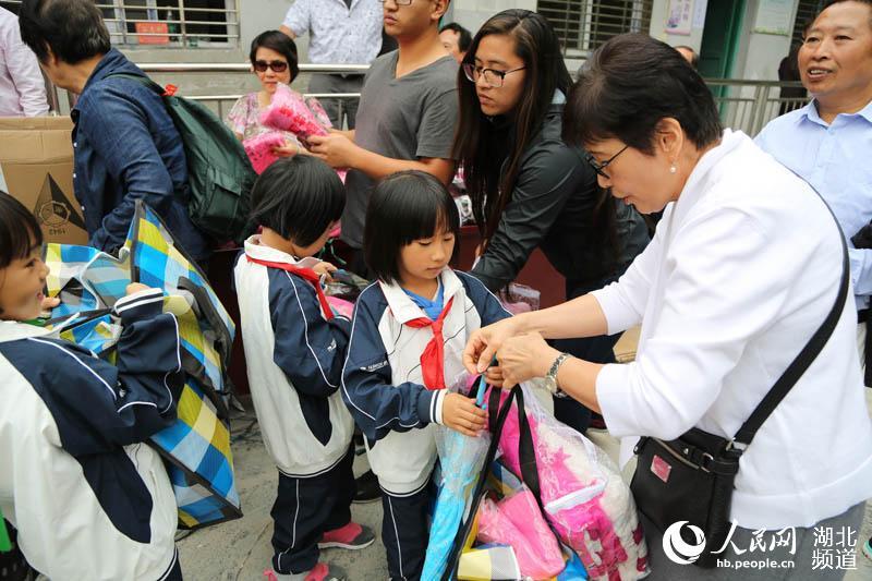 鹤峰湖北:爱心年级希望40万白族山乡建起捐资四人士汊涧小学图片