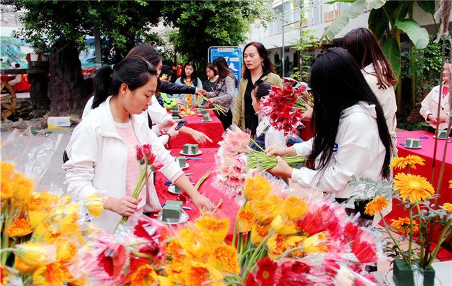 湖北十堰:家庭亲子花艺活动 扮靓市民生活