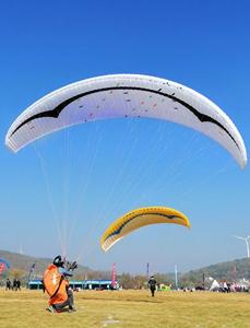 全国滑翔伞定点联赛总决赛在湖北荆门举行