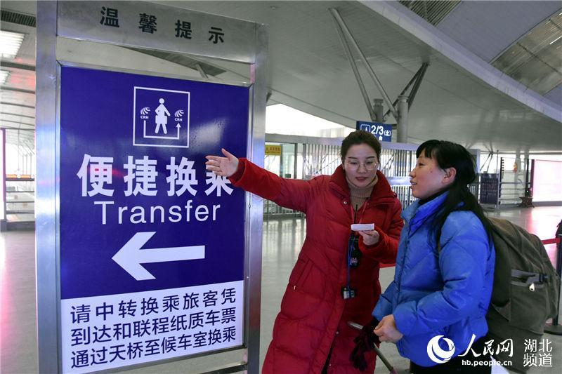 便捷换乘通道让旅客转乘更快捷。(陈俊 摄)