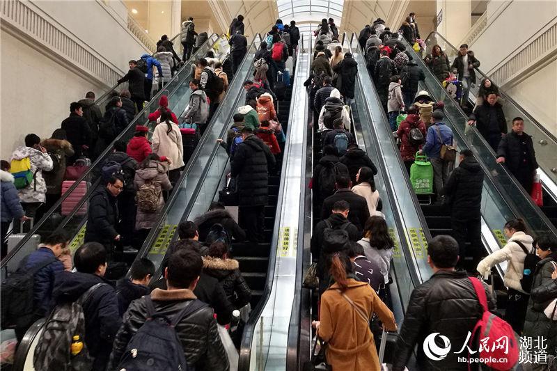 """""""智慧车站""""温暖旅客回家路。(刘卫兵  摄)"""