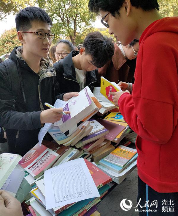"""武�h一高校考研�W子捐出上千本考研��籍被�W弟�W妹""""一��而空"""""""