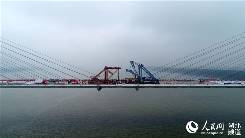湖北嘉鱼长江大桥合龙(邹晓钦 摄)
