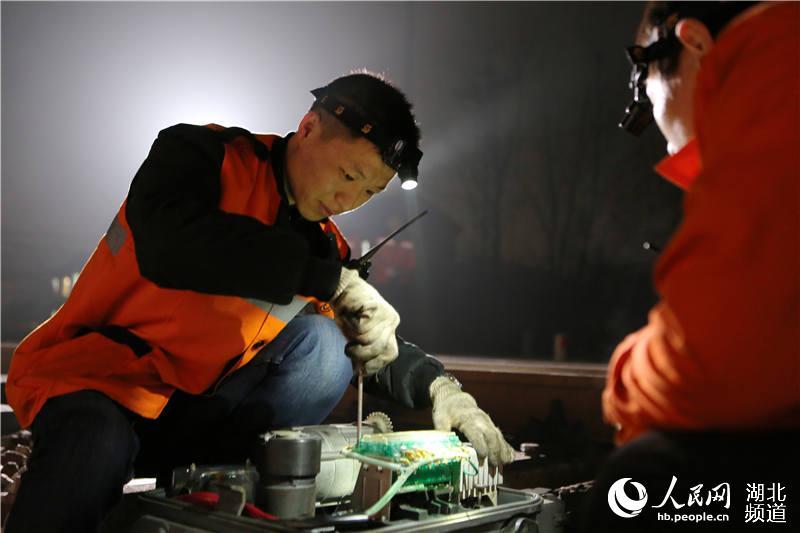 """铁路信号工:施工的""""主阵地""""是检验党员的""""主战场""""【2】"""