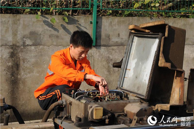 """铁路信号工:施工的""""主阵地""""是检验党员的""""主战场""""【3】"""
