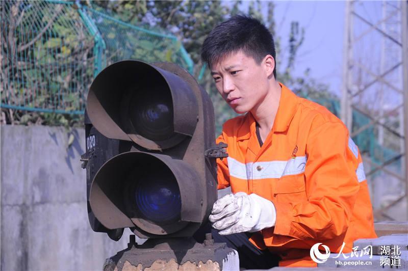 """铁路信号工:施工的""""主阵地""""是检验党员的""""主战场"""""""