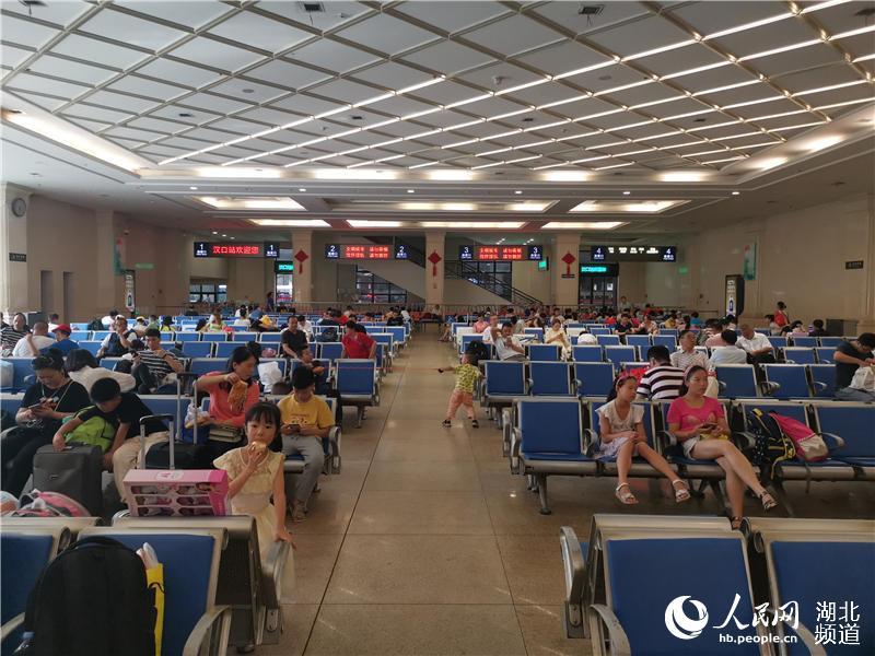 """因台风""""利马奇""""范围变化湖北恢复56列停运列车 武汉三大火车站仍有42列列车停运(邱晟 摄)"""