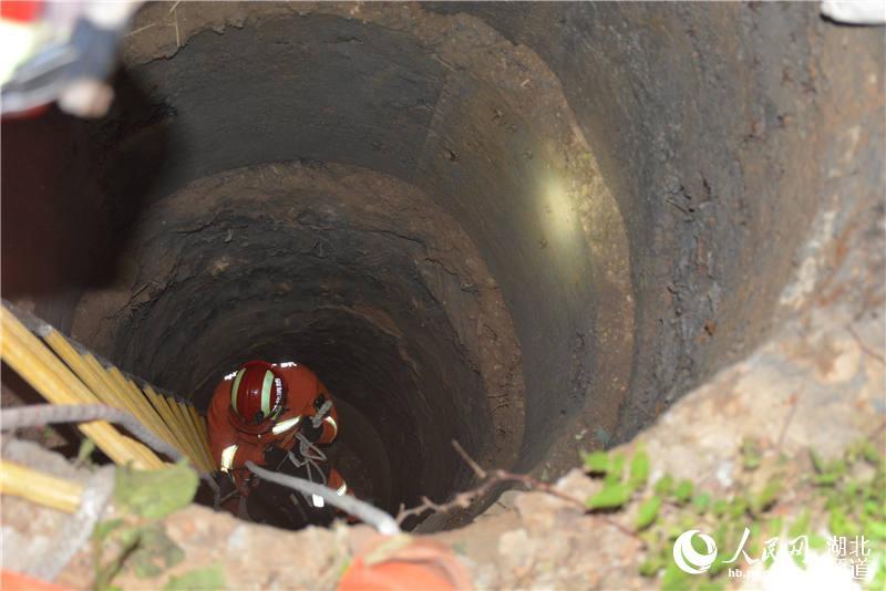 湖北十堰:拾荒老人掉入8米深井 消防紧急救援
