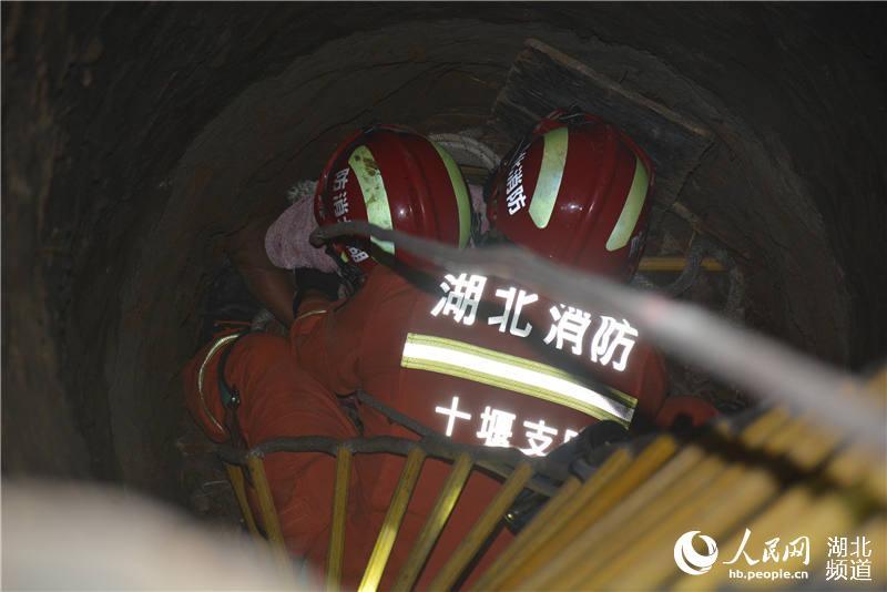 湖北十堰:拾荒老人掉入8米深井 消防紧急救援【4】